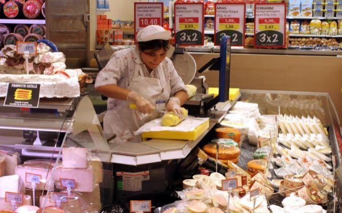 Una dependienta en un supermercado de Barcelona.