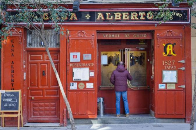 Fachada del restaurante Casa Alberto en la calle Huertas de Madrid.