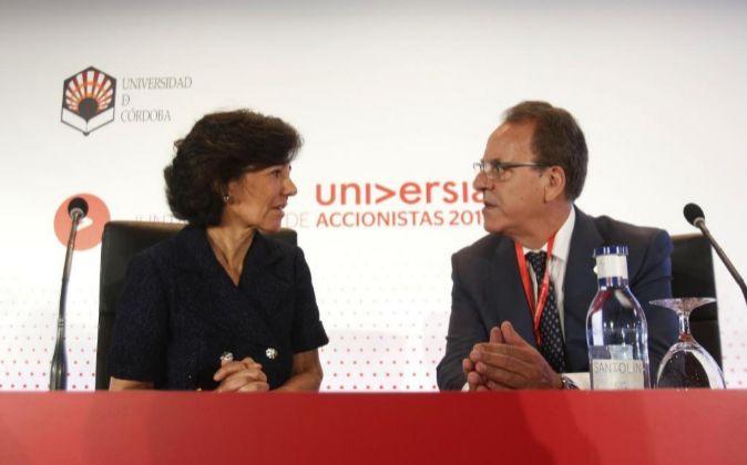 La presidenta del Banco Santander, Ana Botín, conversa con el...