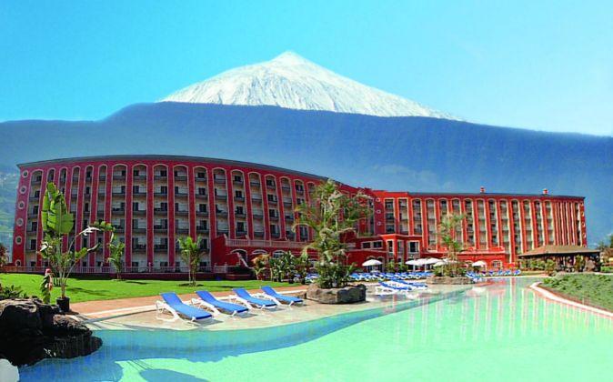 Fachada del hotel Las Águilas en Puerto de la Cruz (Tenerife), uno de...
