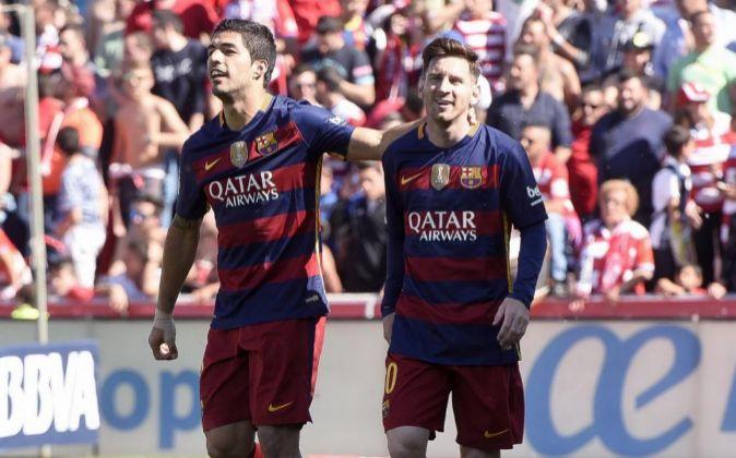 El delantero uruguayo del FC Barcelona Luis Suárez (i) junto al...