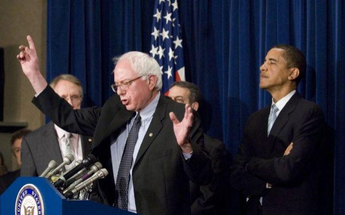 Barack Obama escucha a Bernie Sanders, en una foto de 2007.