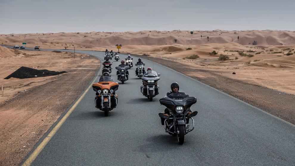 Los participantes  en el viaje de prueba de las Harley de la gama...