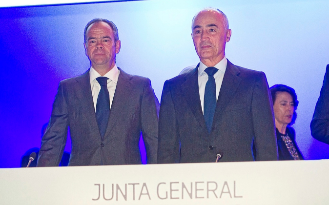 El presidente de Ferrovial, Rafael del Pino (dcha.), junto al...