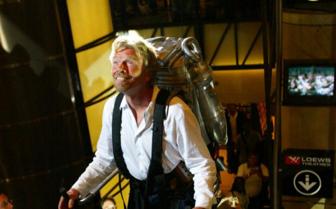 El millonario Richard Branson probando un jetpack