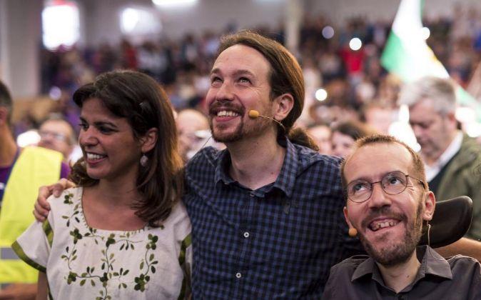 El secretario general de Podemos, Pablo Iglesias (c), junto al...