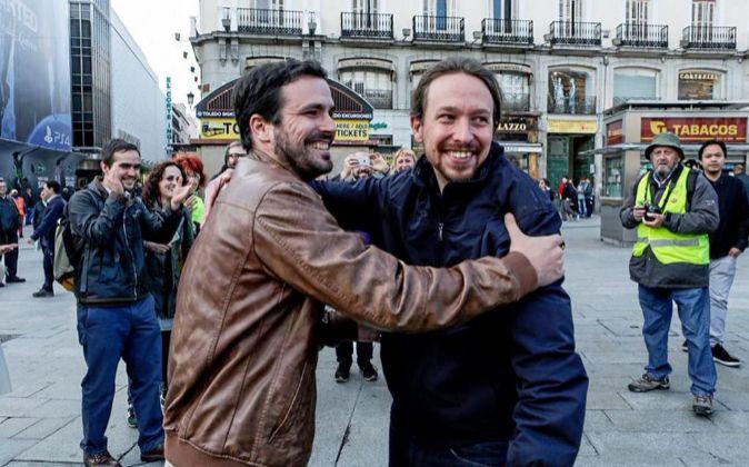 Los líderes de Podemos, Pablo Iglesias (d) y Alberto Garzón, líder...