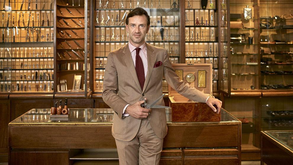 Guglielmo Miani con los muebles y articulos de la cuchillería que...