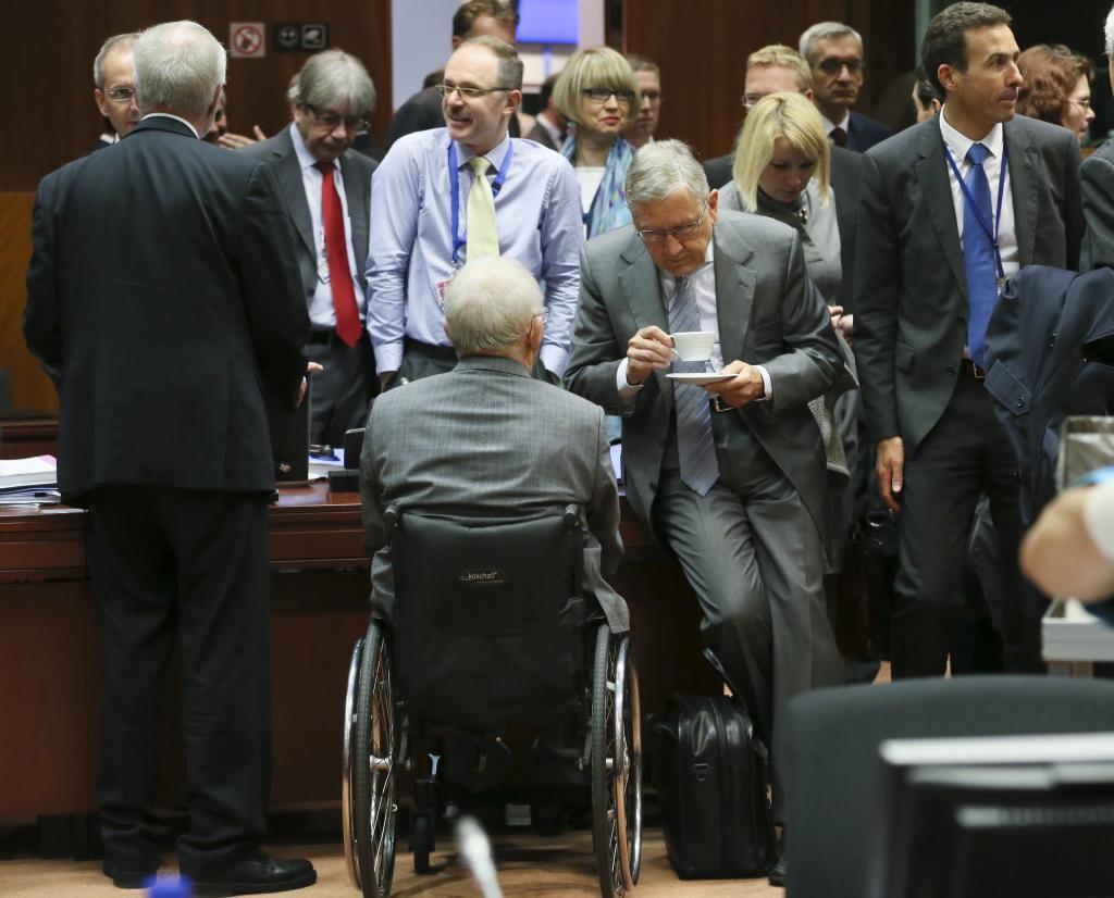 El director del MEDE, Klaus Regling (c-d), conversa con el ministro...
