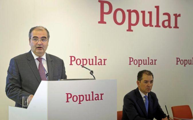 Ángel Ron, presidente de Banco Popular, junto a Francisco Gómez,...