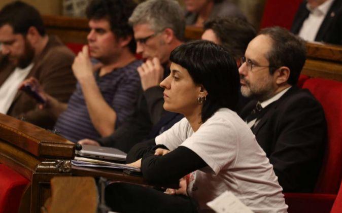 Ana Gabriel y Antonio Baños, de la CUP, en el Parlament de Cataluña.