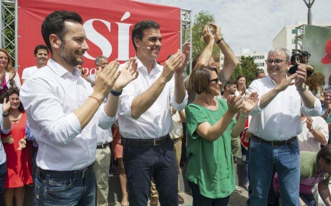 El secretario general del PSOE, Pedro Sánchez, acompañado por el...