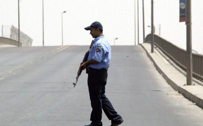 Fotografía de archivo que muestra a un policía iraquí montando...