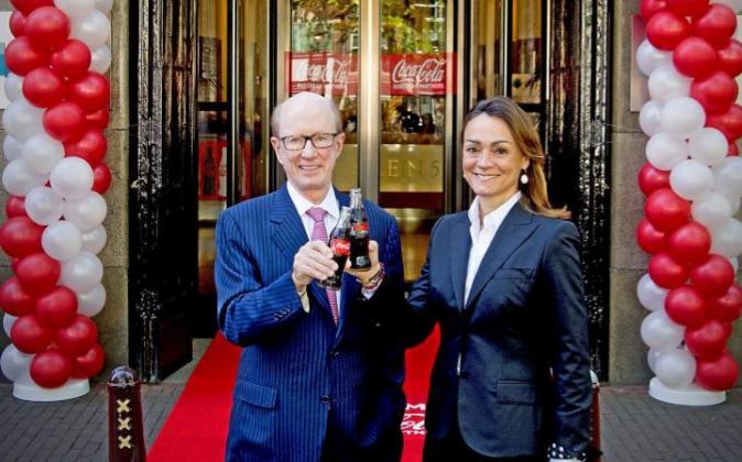 Sol Daurella (dcha.), presidenta de Coca-Cola European Partners, junto...