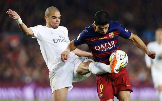 Los jugadores del Real Madrid y el FC Barcelona, Pepe y Luis Suárez.