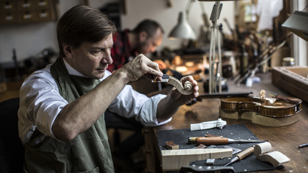 Florian Leonhard,  53 años,  trabaja el clavijero de  un violín en...