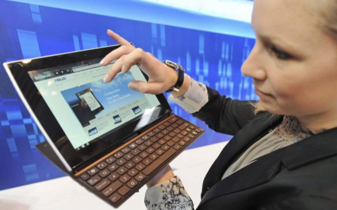 Una mujer muestra el ASUS Tablet Slide 10.1.