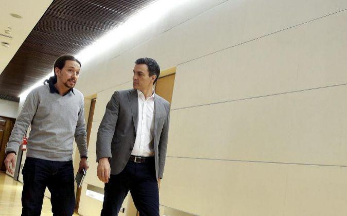 El líder del PSOE, Pedro Sánchez (d), con el secretario general de...