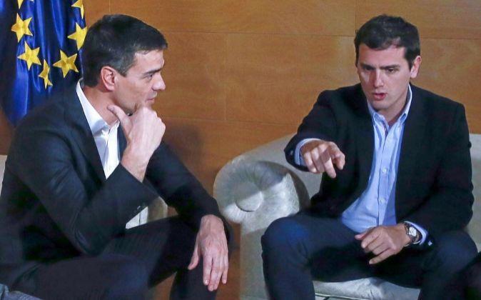 El presidente de Ciudadanos, Albert Rivera (d), y el secretario...