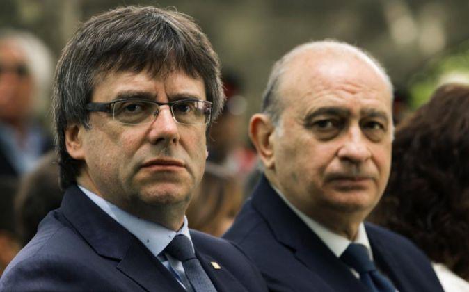 El ministro del Interior en funciones, Jorge Fernández Díaz (d),...