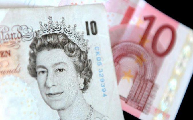 Imagen de un billete de diez libras esterlinas y otro de diez euros