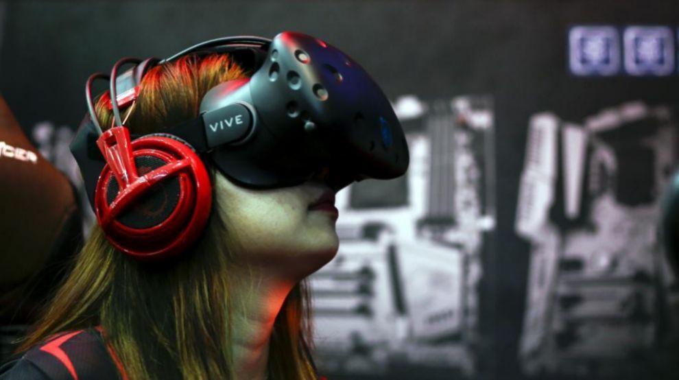 Una usuaria probando las gafas de realidad virtual de HTC durante una...