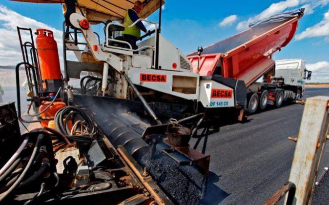 Maquinaria de Becsa realizando obras de asfaltado.