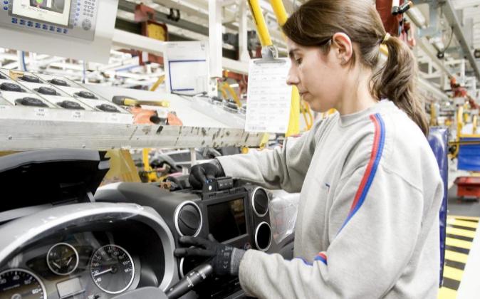 Trabajadora en una fábrica en Vigo. Archivo.