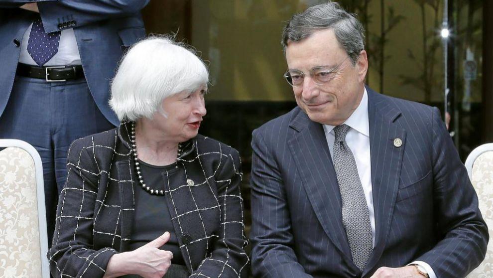 El presidente del BCE, Mario Draghi, y la presidenta de la Reserva...