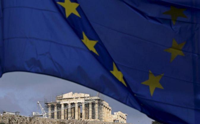 La bandera de la UE, y al fondo, el Partenón.