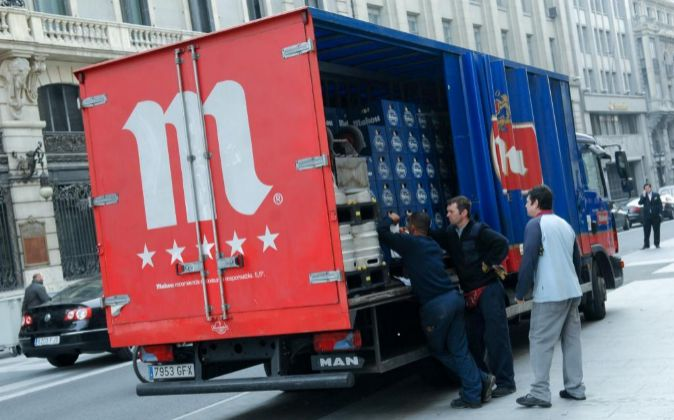 Camion de reparto de bebida, cerveza Mahou.
