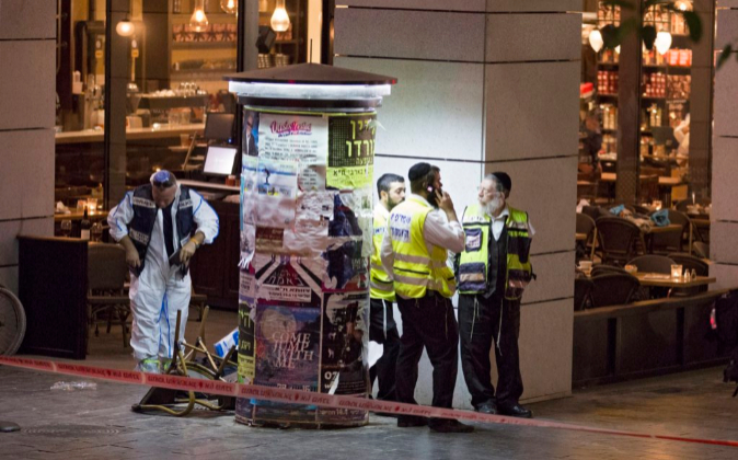 La policía israelí en la escena de un tiroteo en el complejo...