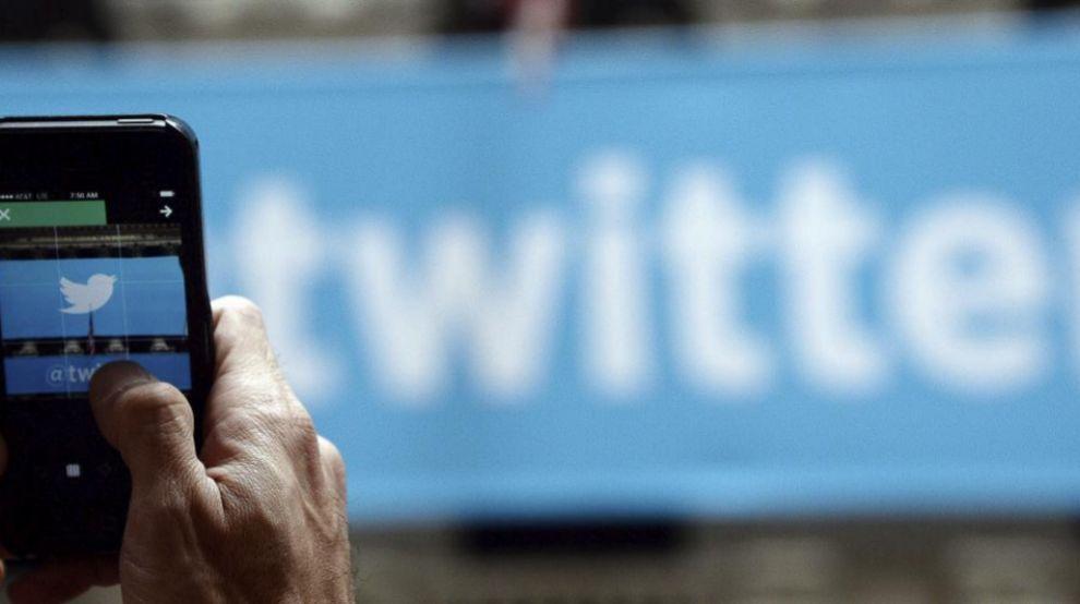 Un hombre ftografía el logo de Twitter en Nueva York (Estados Unidos)