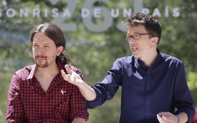 El líder de Podemos, Pablo Iglesias (i), junto al número dos del...