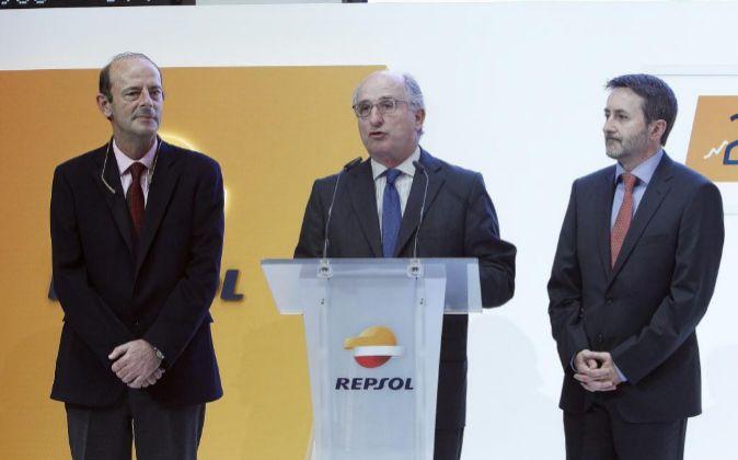 El presidente de Repsol, Antonio Brufau (c), acompañado del consejero...