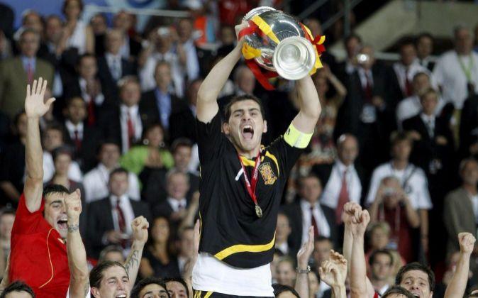 El portero de la selección de España Iker Casillas, rodeado por sus...