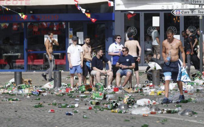 Hinchas ingleses consumen alcohol en el puerto de Marsella