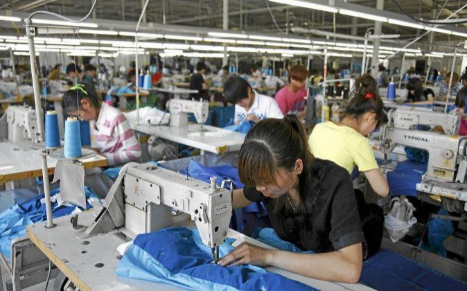 Trabajadoras cosen chaquetas en la fábrica de Hong Mei en Tangsan...
