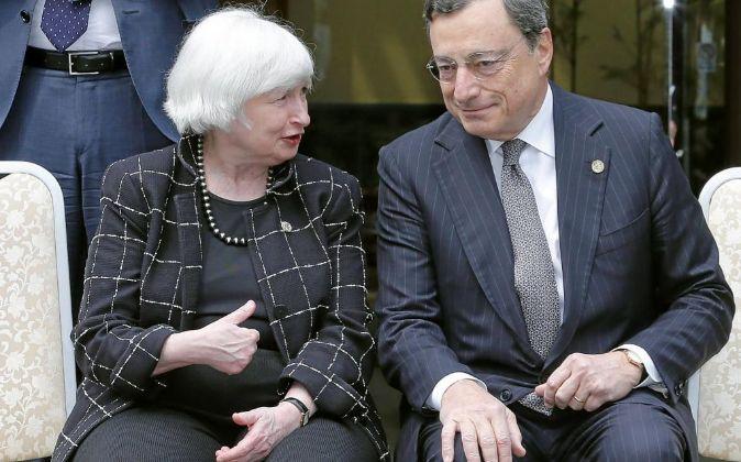 El presidente del Banco Central Europeo, Mario Draghi, y la presidenta...