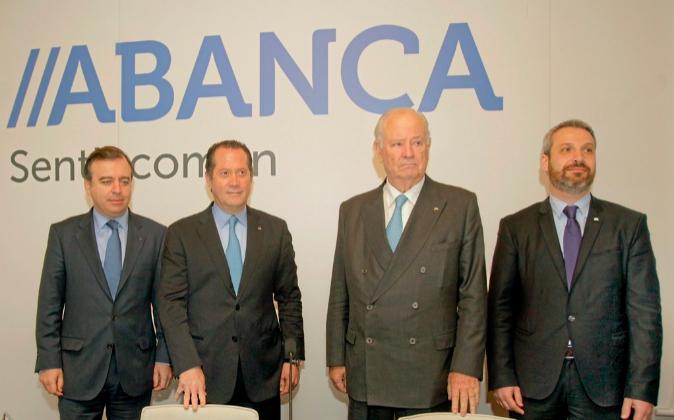 El presidente y el vicepresidente de Abanca, Javier Etcheverría (2...