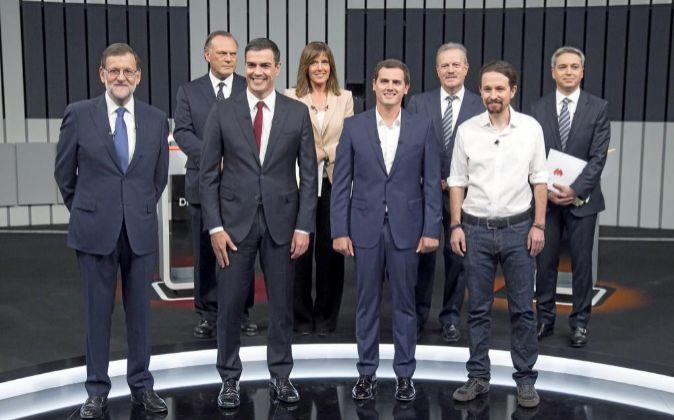 Los cuatro candidatos y, detrás, los moderadores y el presidente de...