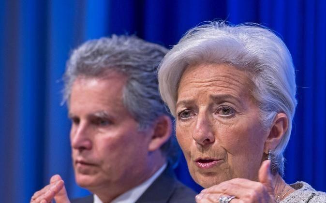 La directora gerente del FMI, Christine Lagarde, junto al...
