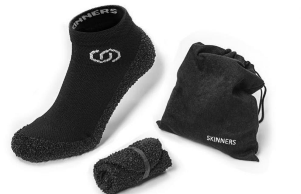 Los zapatos calcetín Skinners se pueden enrollar y guardar en...