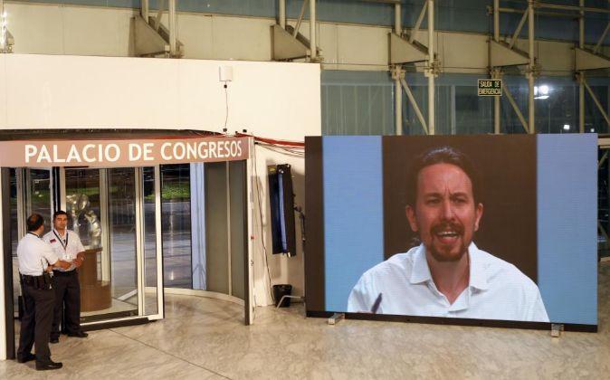 Una pantalla situada junto a la puerta del Palacio de Congresos...