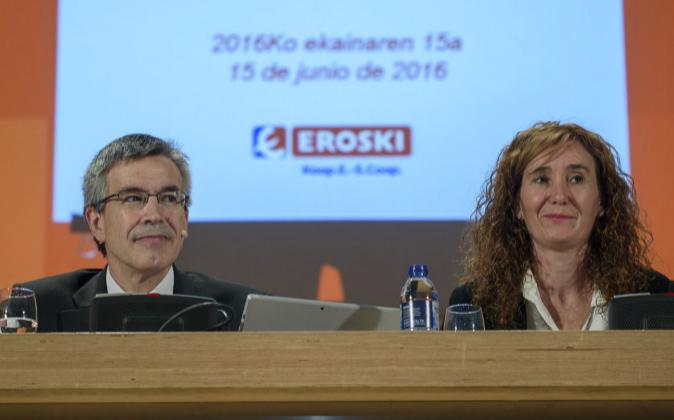 El presidente de Eroski, Agustín Markaide, y la presidenta del...