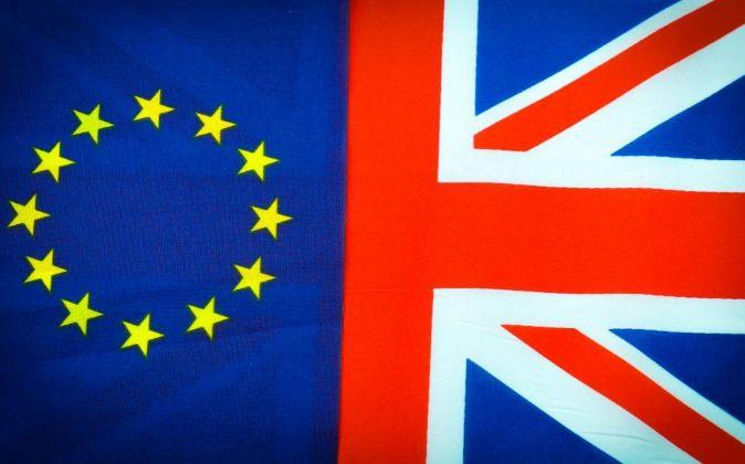 Banderas de la Unión Europea y de Reino Unido.