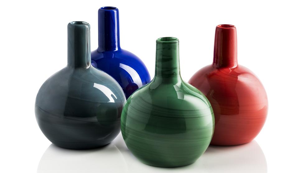 Botellas Lago de cristal de Murano pintadas en diversos colores que...