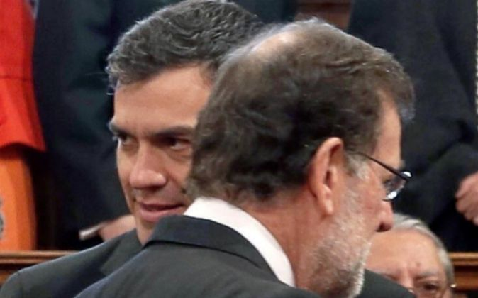 El presidente del Gobierno, Mariano Rajoy (d) y el líder del PSOE,...