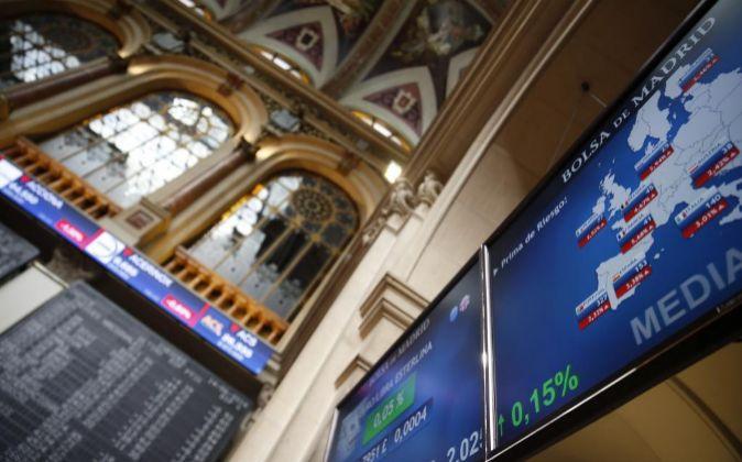 Imagen de las pantallas de la Bolsa de Madrid con la evolución de las...