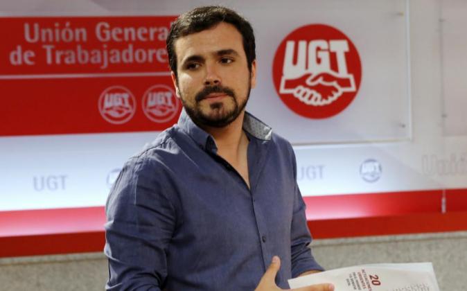 El líder de IU, Alberto Garzón, hoy durante la rueda de prensa tras...